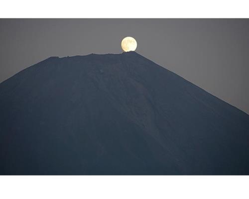 Ảnh theo chủ đề núi và trăng