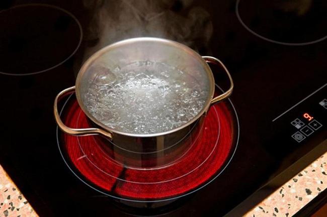 """""""Cân đo"""" tính tiện lợi của bếp điện từ và bếp hồng ngoại"""