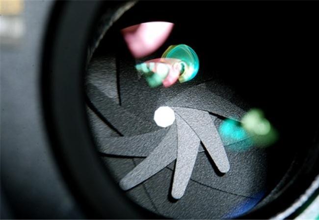 Giữa khẩu độ và cảm biến, cái nào quyết định đến chất lượng hình ảnh trong điều kiện thiếu sáng?