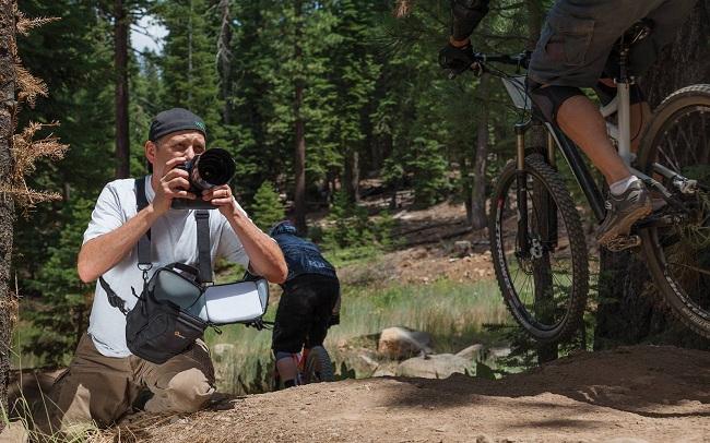 Những cách mà các nhiếp ảnh gia mang máy ảnh khi chụp ngoài trời