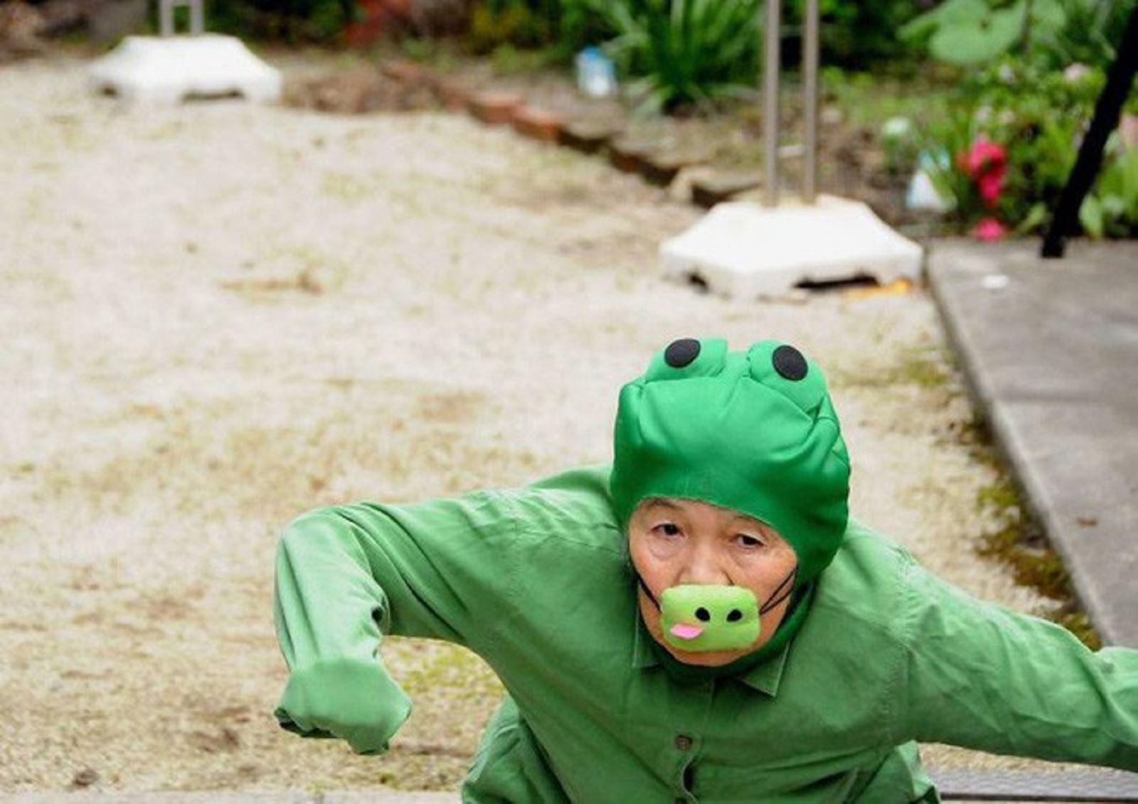 90 tuổi cụ bà người Nhật vẫn tự chụp những shot hình vui nhộn với chiếc máy ảnh của mình