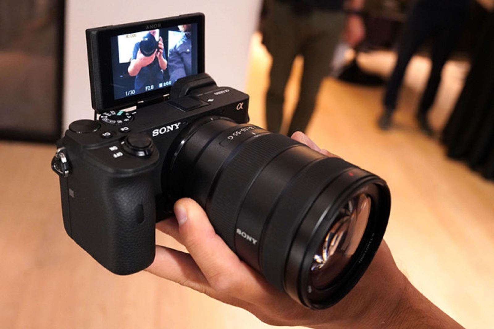 Trên tay máy ảnh Sony A6600 giá 35,9 triệu đồng