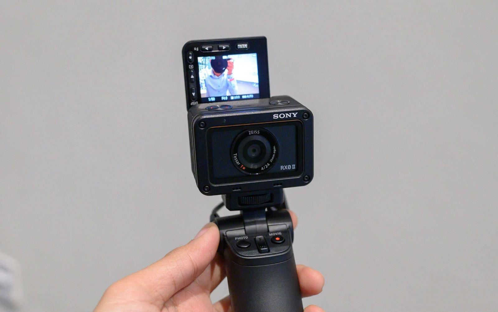 Trên taySony RX0 II:nhỏ nhất và nhẹ nhất thế giới, quay phim 4K, màn hìnhlật 180 độ