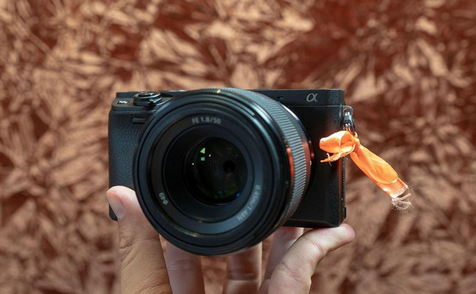 Trên tay Sony A6400:Màn hình lật, lấy nét siêu nhanh