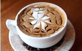 Phía sau một tách cà phê Cappuchino